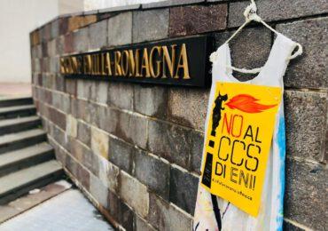 Stoccaggio <b>Co2</b> a Ravenna, la protesta ambientalista sotto la Regione