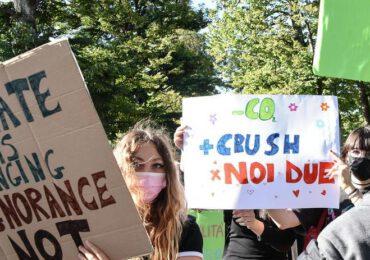 """Gli studenti in piazza per il <b>clima</b> I politici sui manifesti da """"ricercati"""" - Il Tirreno Lucca"""